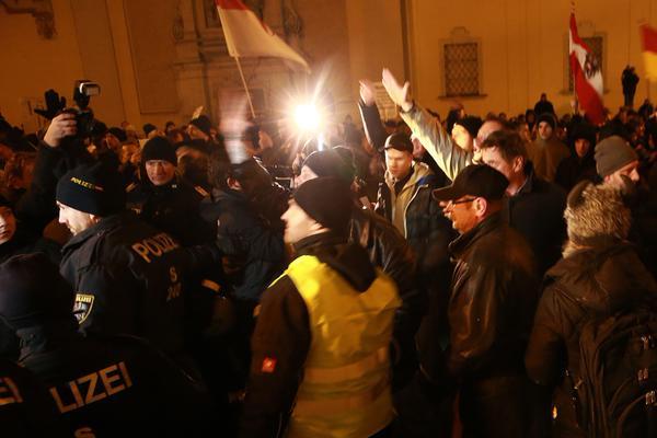 Pegida Oesterreich Hitlergruss via @JChristandl